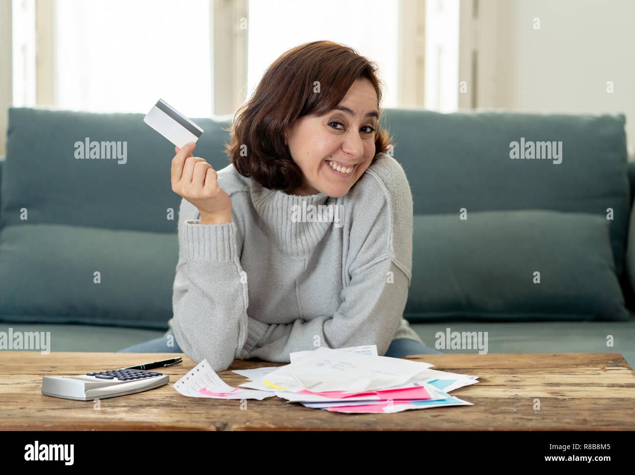 Jeune femme d'affaires d'Amérique latine attrayant à heureux et satisfaits de crédit débit carte avantages et l'utilisation et la comptabilité des coûts, frais, taxes et m Photo Stock