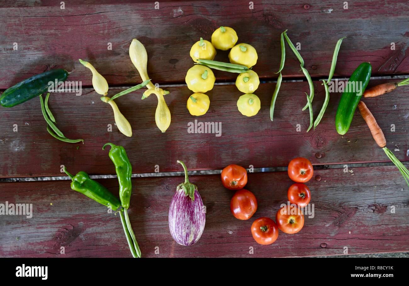 Légumes et fruits biologiques préciser Merci, pour une saine alimentation contexte axé sur la gratitude, sur table de pique-nique en bois. Vue d'en haut. Photo Stock
