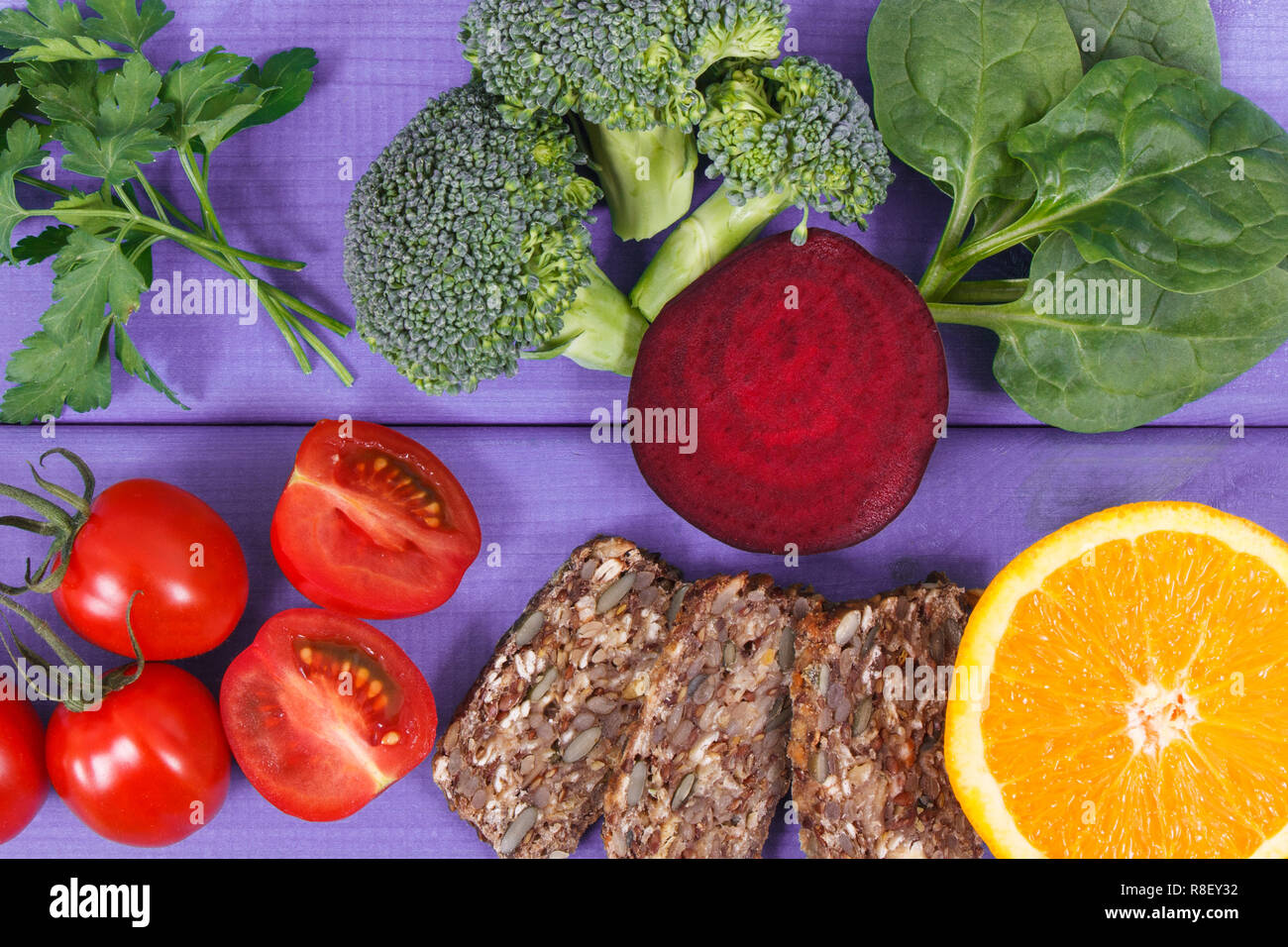 Produits nutritifs contenant de la vitamine B9, les sources naturelles de minéraux et d'acide folique, du concept de la nutrition saine Photo Stock