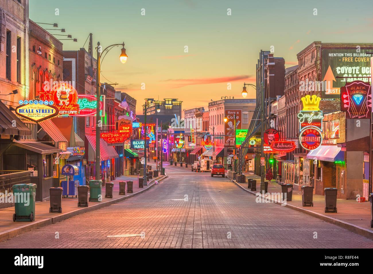 MEMPHIS, Tennessee - 25 août 2017: blues clubs sur les lieux historiques de Beale Street, au crépuscule Photo Stock