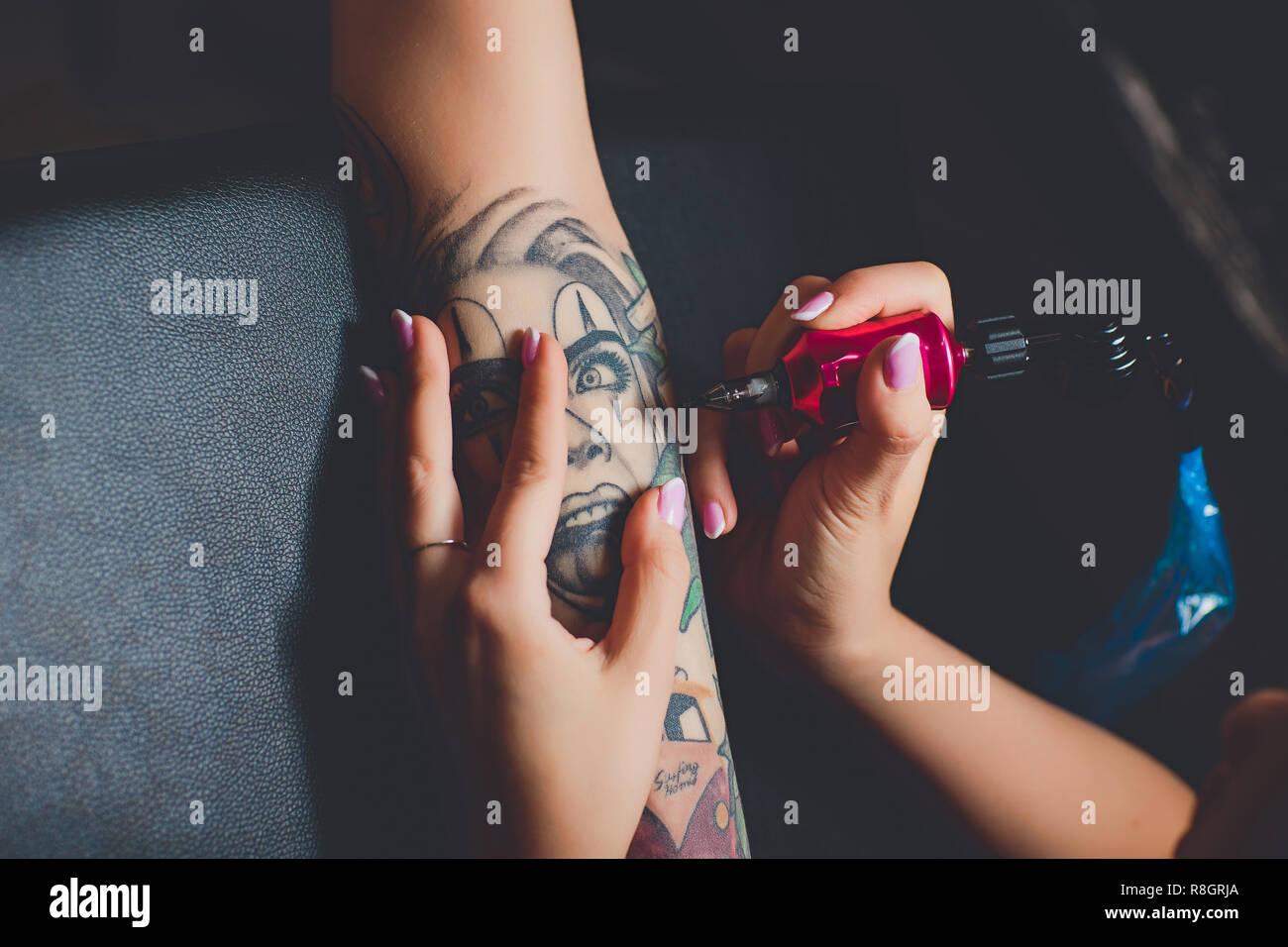 Artiste De Tatouage De Fille Faisant Un Tatouage Sur Sa Main Rose