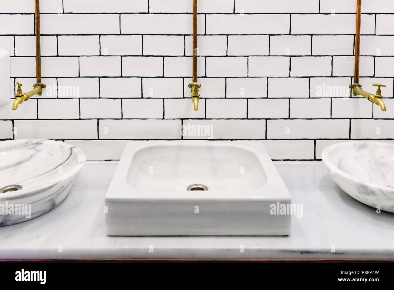 Lavabo En Marbre Dans Une Toilette Publique Avec Retro Golden Dun