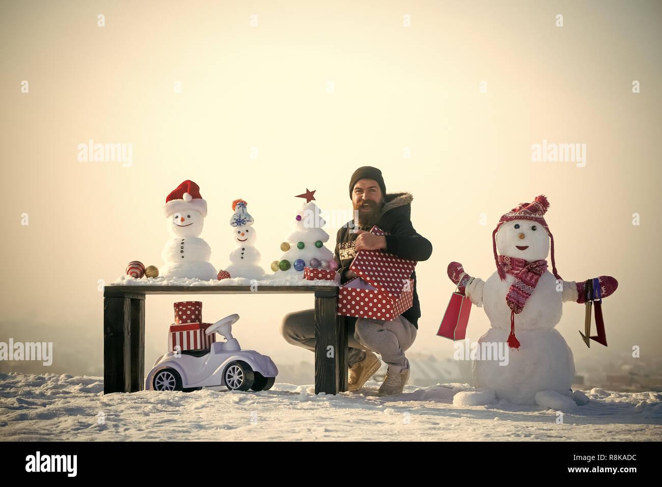 Homme heureux boîte cadeau d'ouverture Banque D'Images