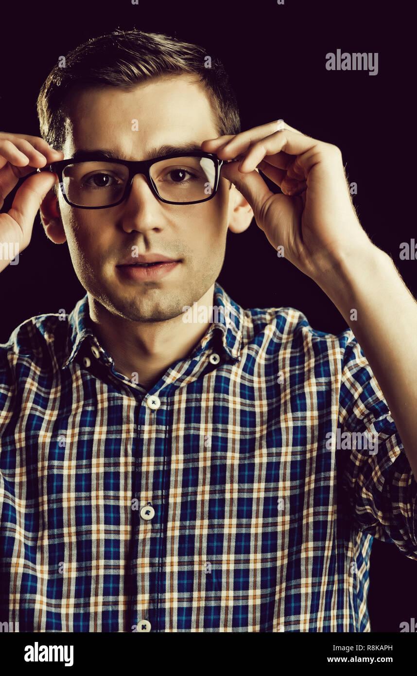 Jeune homme, nerd, dans les verres et chemise à carreaux à la mode ... 8e5f9db2ab46