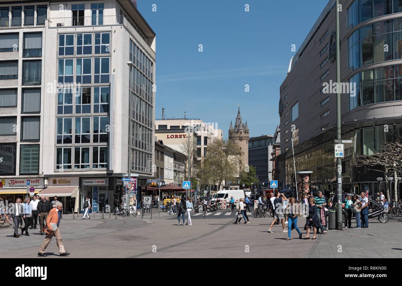 Les touristes et les habitants de marcher dans les rues commerçantes zeil, grosse eschenheimer, Frankfurt am Main, Allemagne Photo Stock