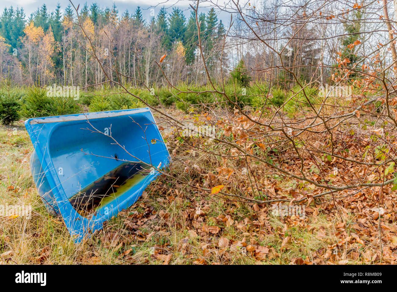 Que Faire Avec Une Vieille Baignoire image d'une vieille baignoire bleu posé sur une prairie avec de l