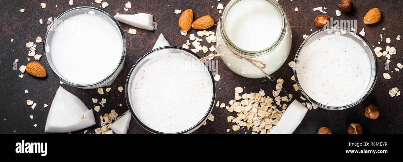 Non Vegan substitut au lait le lait, les noix et le lait d'avoine vue d'en haut. Photo Stock