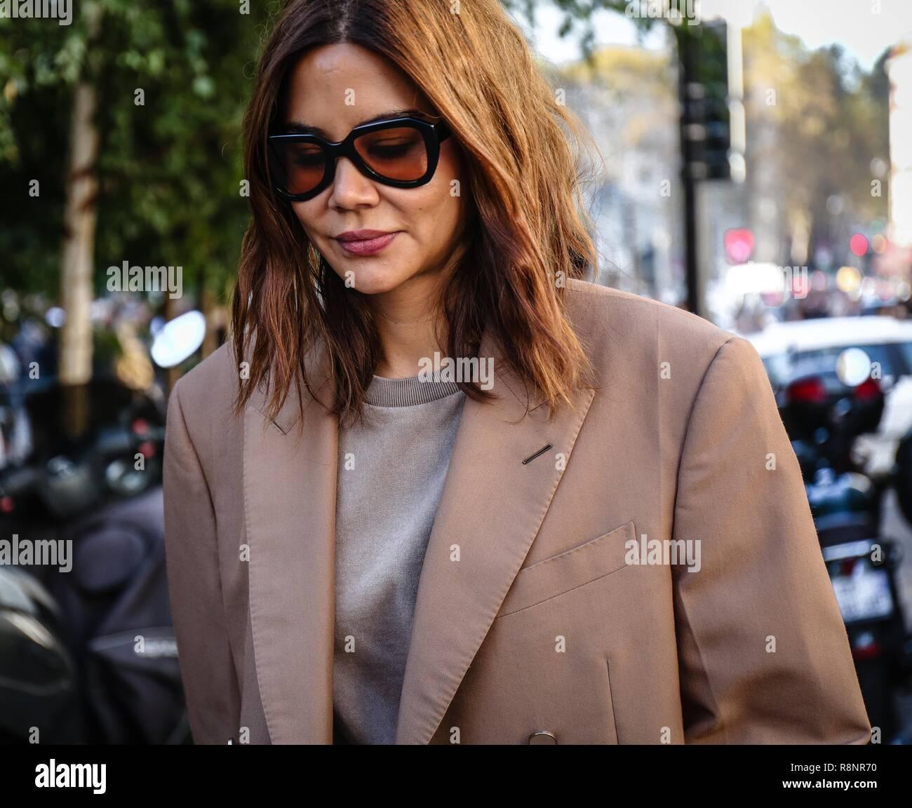 c85dab69311c PARIS, France - 27 septembre 2018 : Christine Centenera dans la rue au  cours de