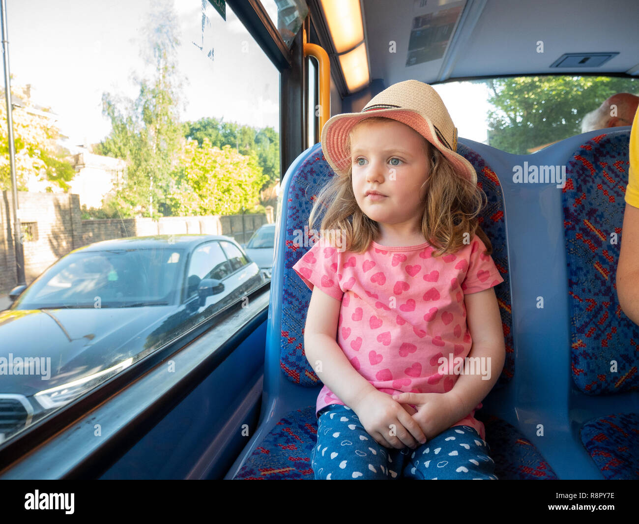 Jeune fillette de trois ans voyageant par autobus, London, UK Photo Stock