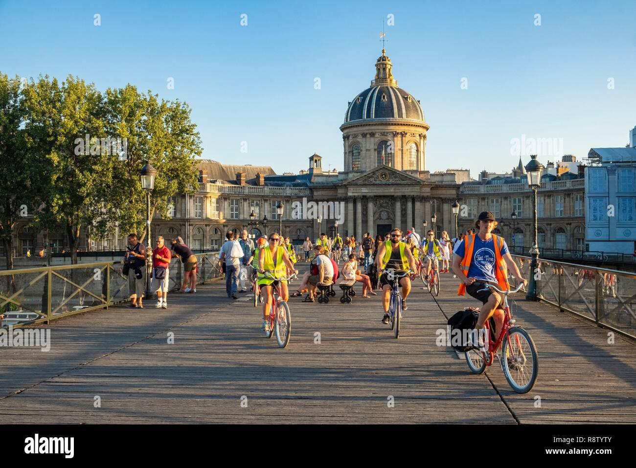 France, Paris, les bords de Seine classés UNESCO, la passerelle des arts et l'Institut de France, tour de vélo pour visiter Paris Banque D'Images
