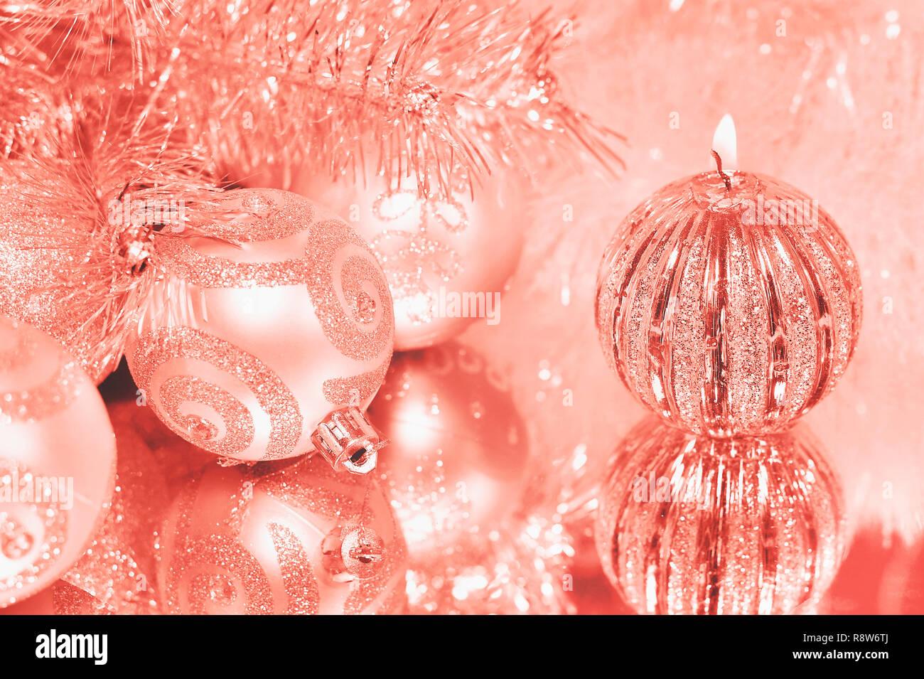 Couleur corail vivant de l'année 2019. Décorations de Noël avec une tasse de café chaud. Tons rétro Photo Stock
