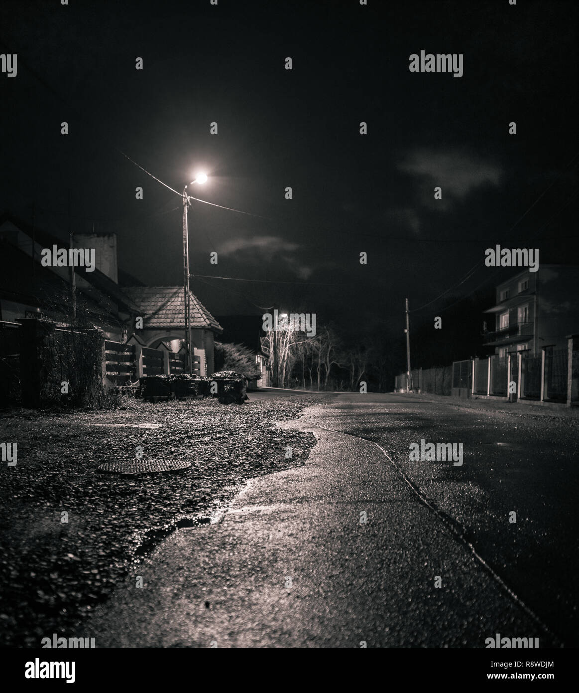 Ruelle décrépite rurales de l'Est de l'Europe par nuit, Photo Stock