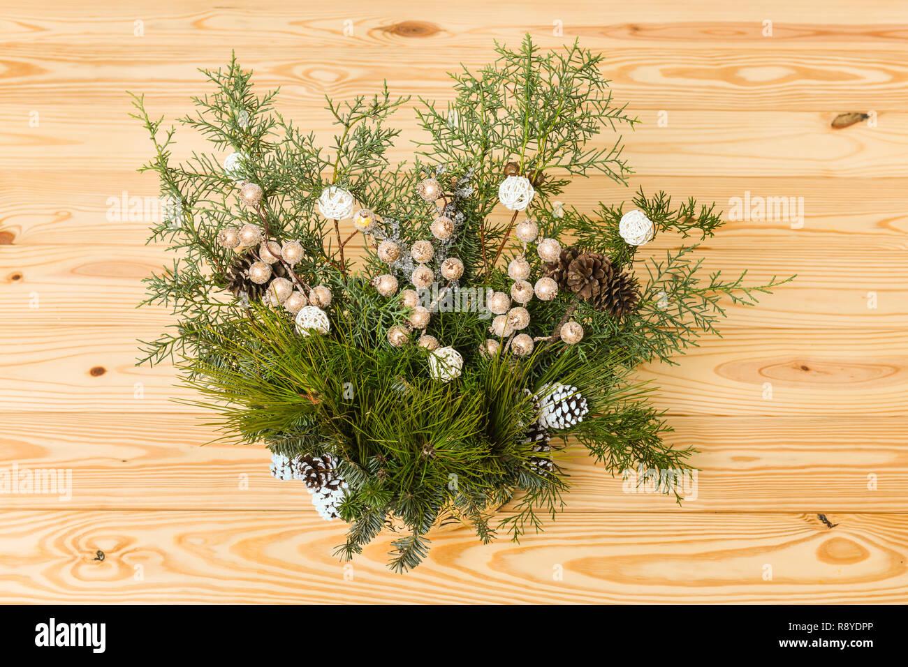 Bouquet De Noel Avec Du Houx décoration de fête de noël avec des boules rouges, de houx
