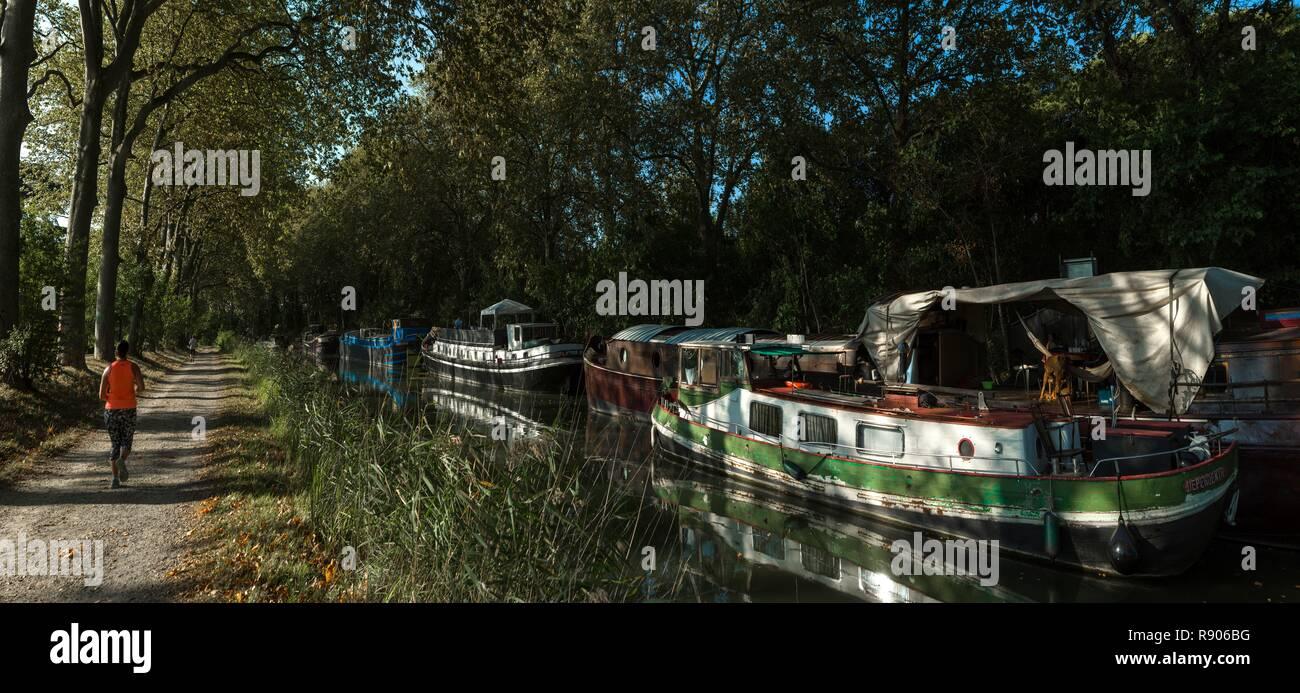 La France, Haute-Garonne, Toulouse, énumérés à grands sites touristiques de Midi-Pyrénées, Canal du Midi, jogger sur un sentier de randonnée à proximité du Canal du Midi. Photo Stock