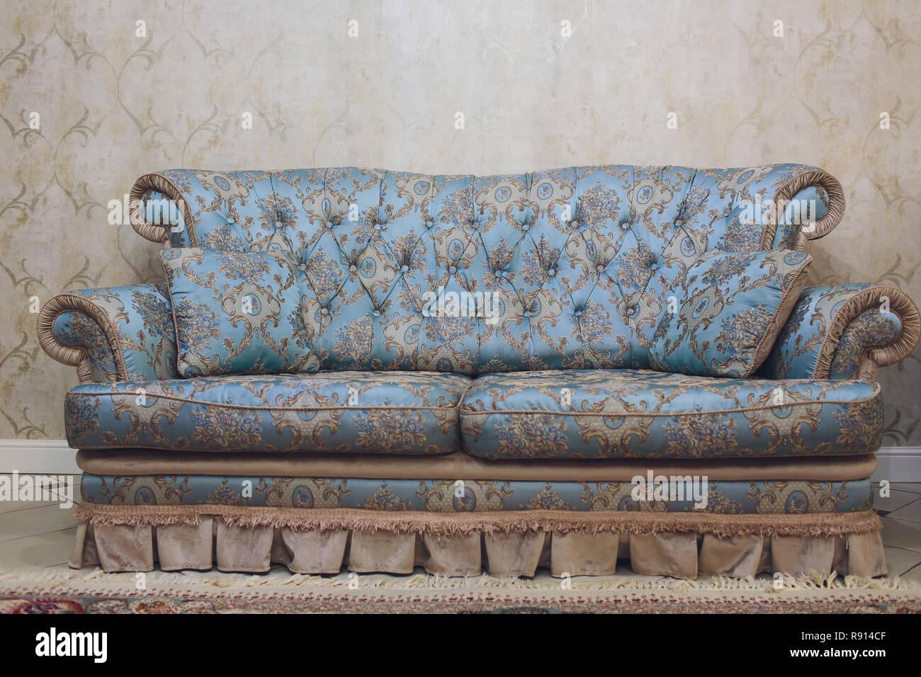 Jolie décoration simple, d\'un salon avec canapé bleu et de ...