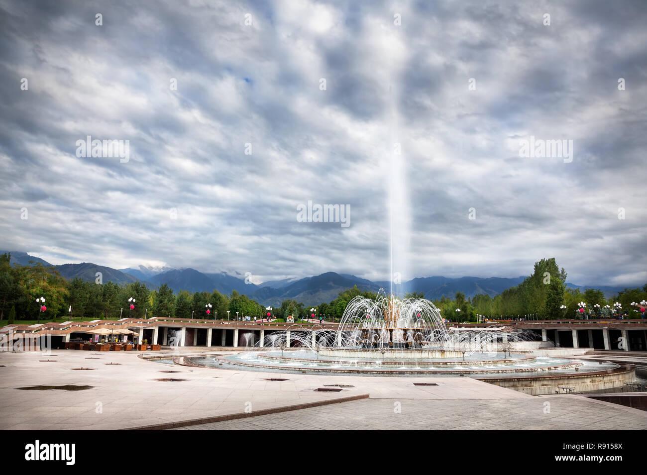 Grande Fontaine à ciel couvert spectaculaire à dendra du premier président Nursultan Nazarbayev à Almaty, Kazakhstan Banque D'Images