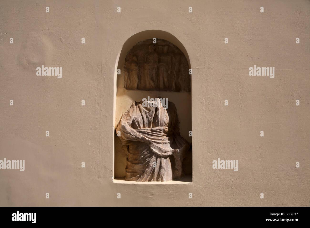 Statue sans tête dans une niche dans l'ancien hôtel de ville ioulidha kea Cyclades Grèce Photo Stock
