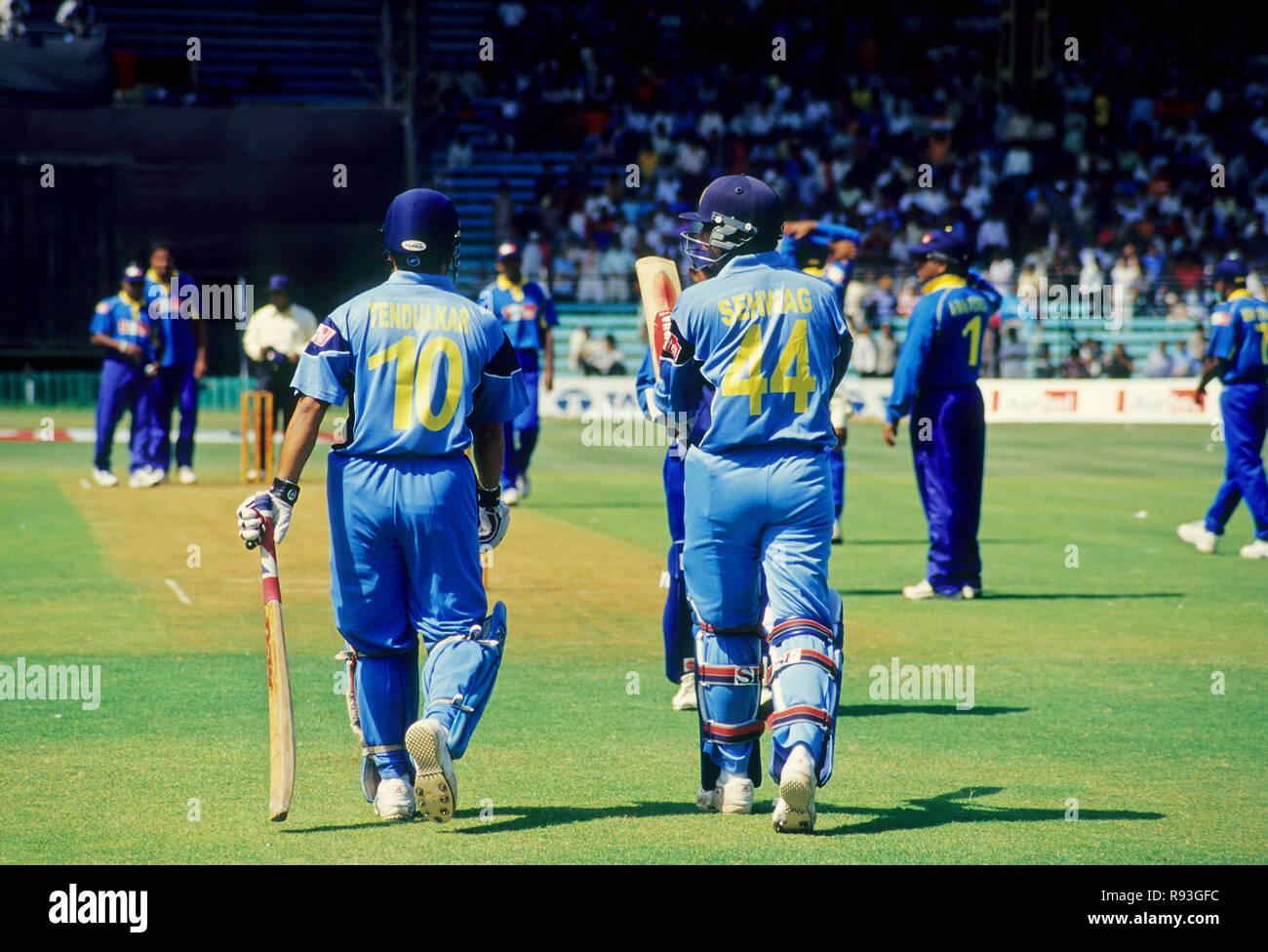 Joueurs de cricket indiens tendulkar et sehwag à marcher en direction de la hauteur, l'Inde, PAS DE MR Banque D'Images