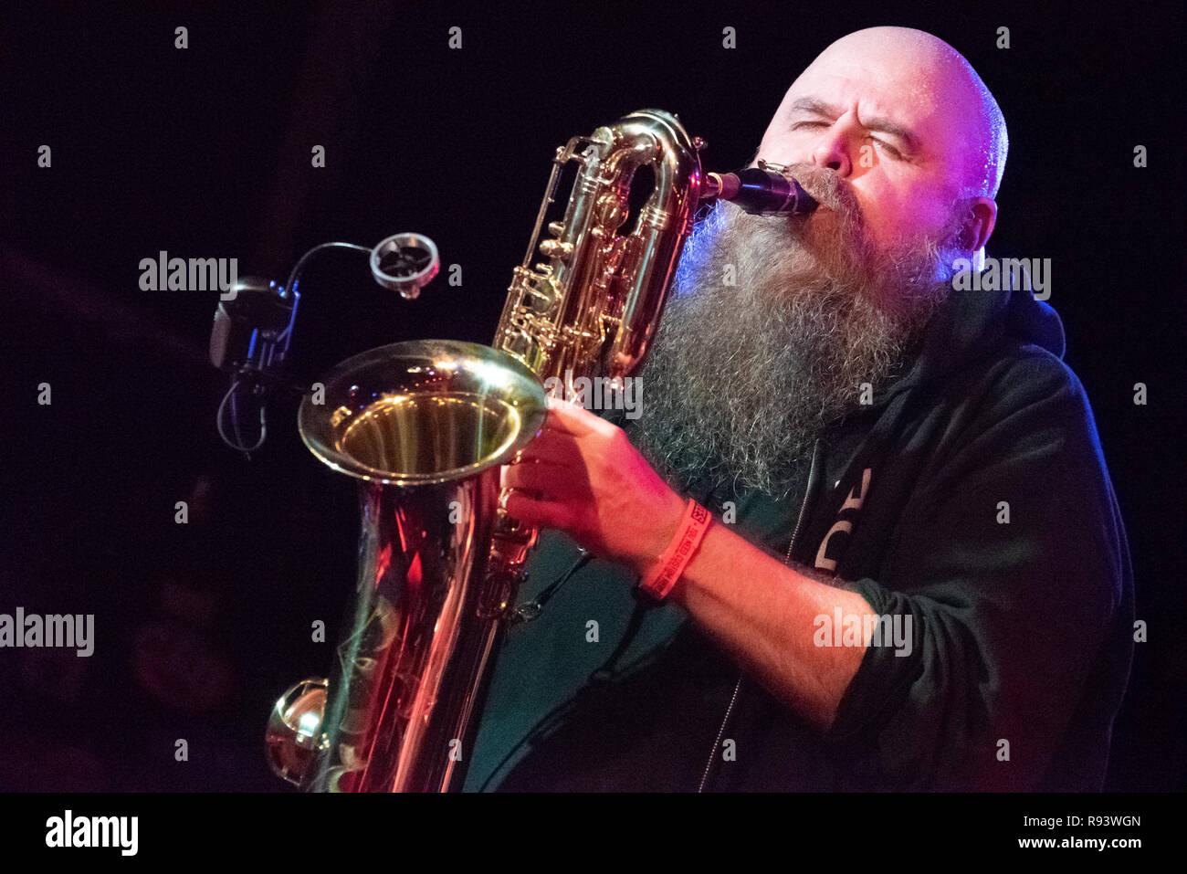 Dan Michaels de alternative rock band Le Choeur gémissant au saxophone pendant un concert live à Atlanta, Géorgie. Photo Stock