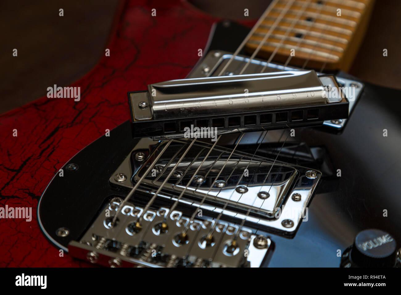 Harrmonica sur une vieille guitare électrique. Blues, rock, musique Photo Stock