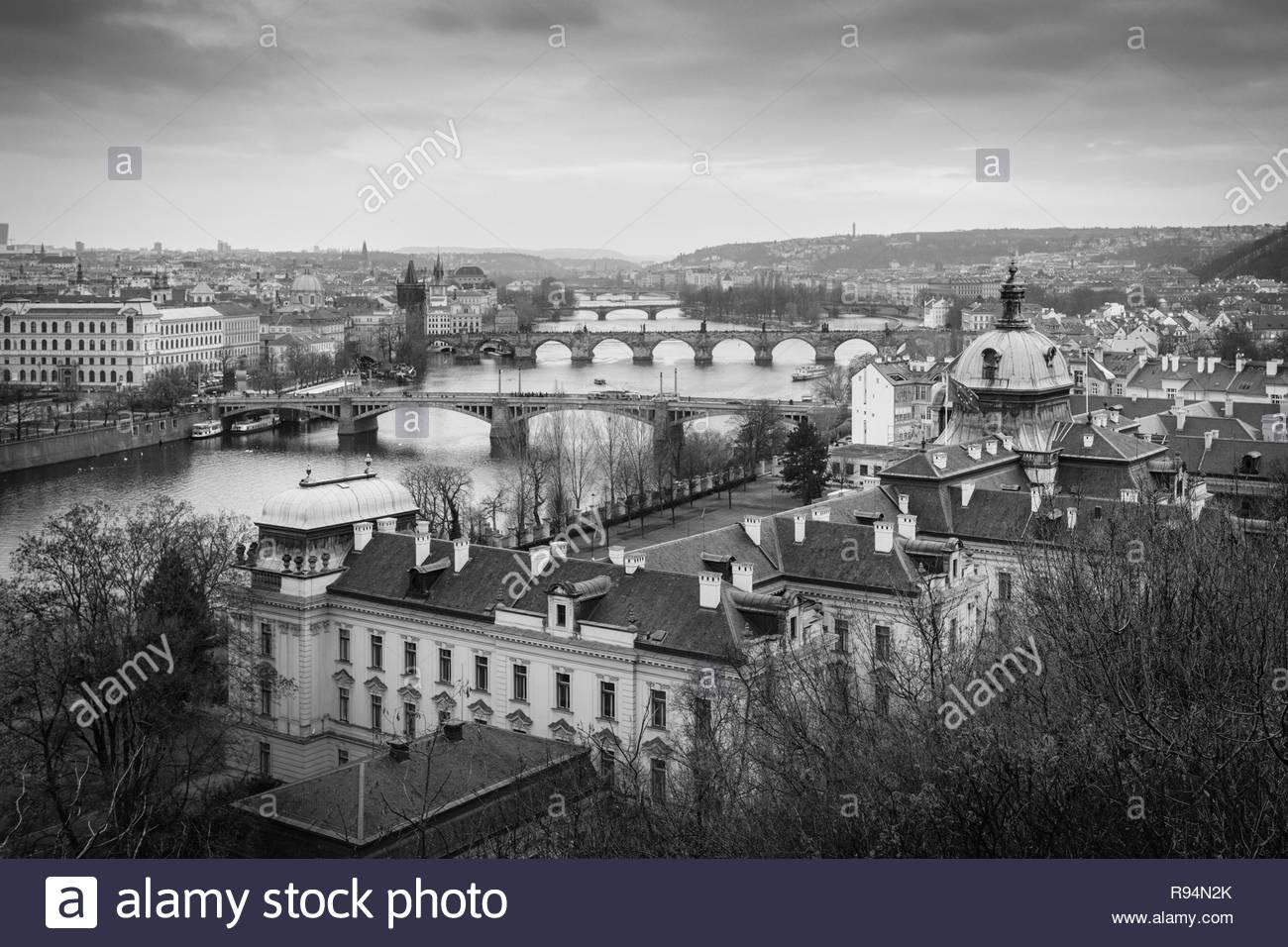 Belle vieille monochrome vue panoramique de Pont Charles et de la rivière Vltava à Prague, République Tchèque Photo Stock