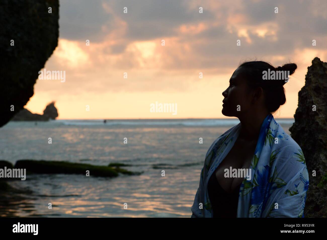 Asian girl portrait sur la plage au coucher du soleil. Bingin beach. Pecatu. Bali. L'Indonésie Banque D'Images