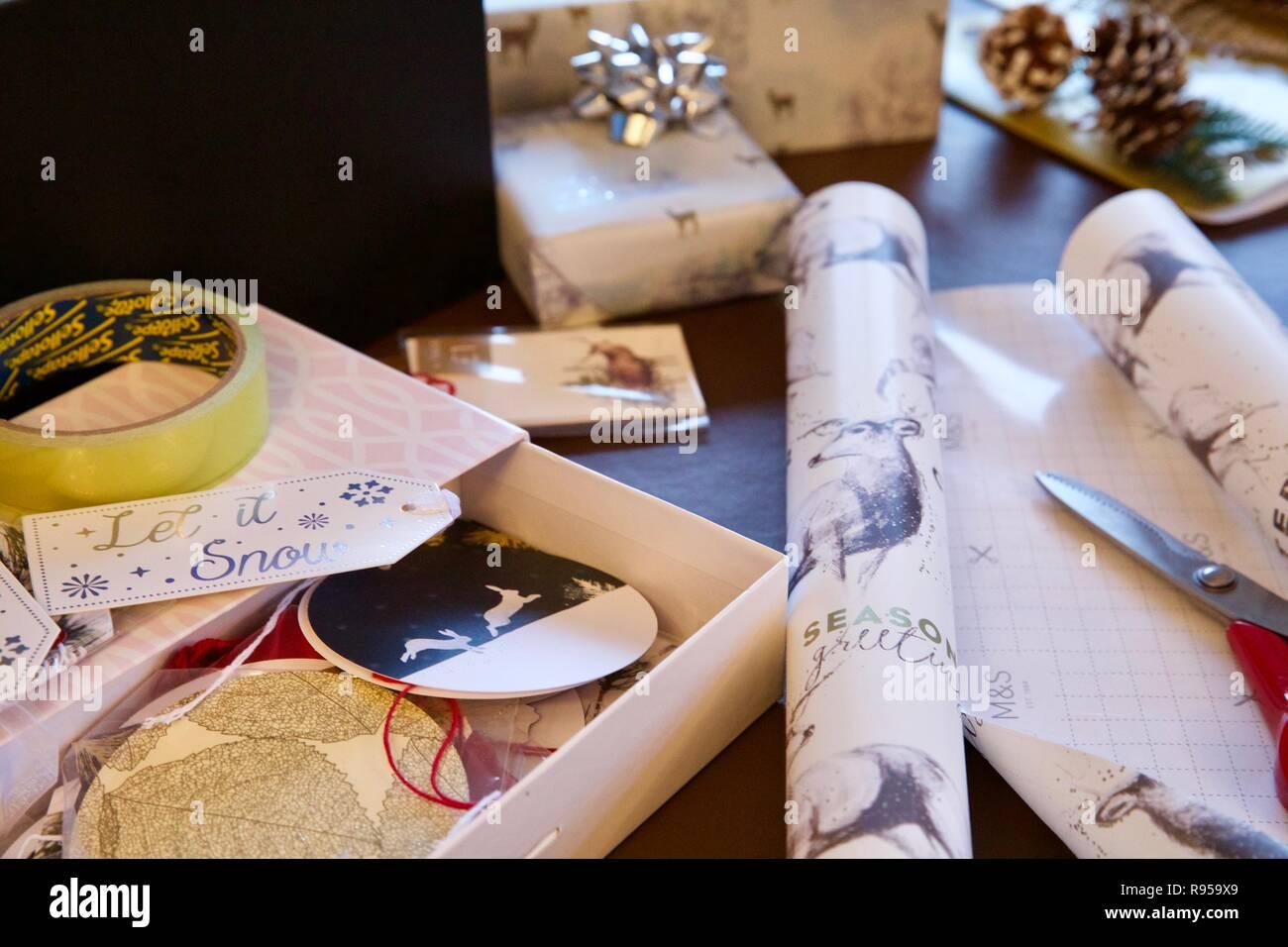 Papier d'emballage de Noël, cadeaux et ciseaux Photo Stock