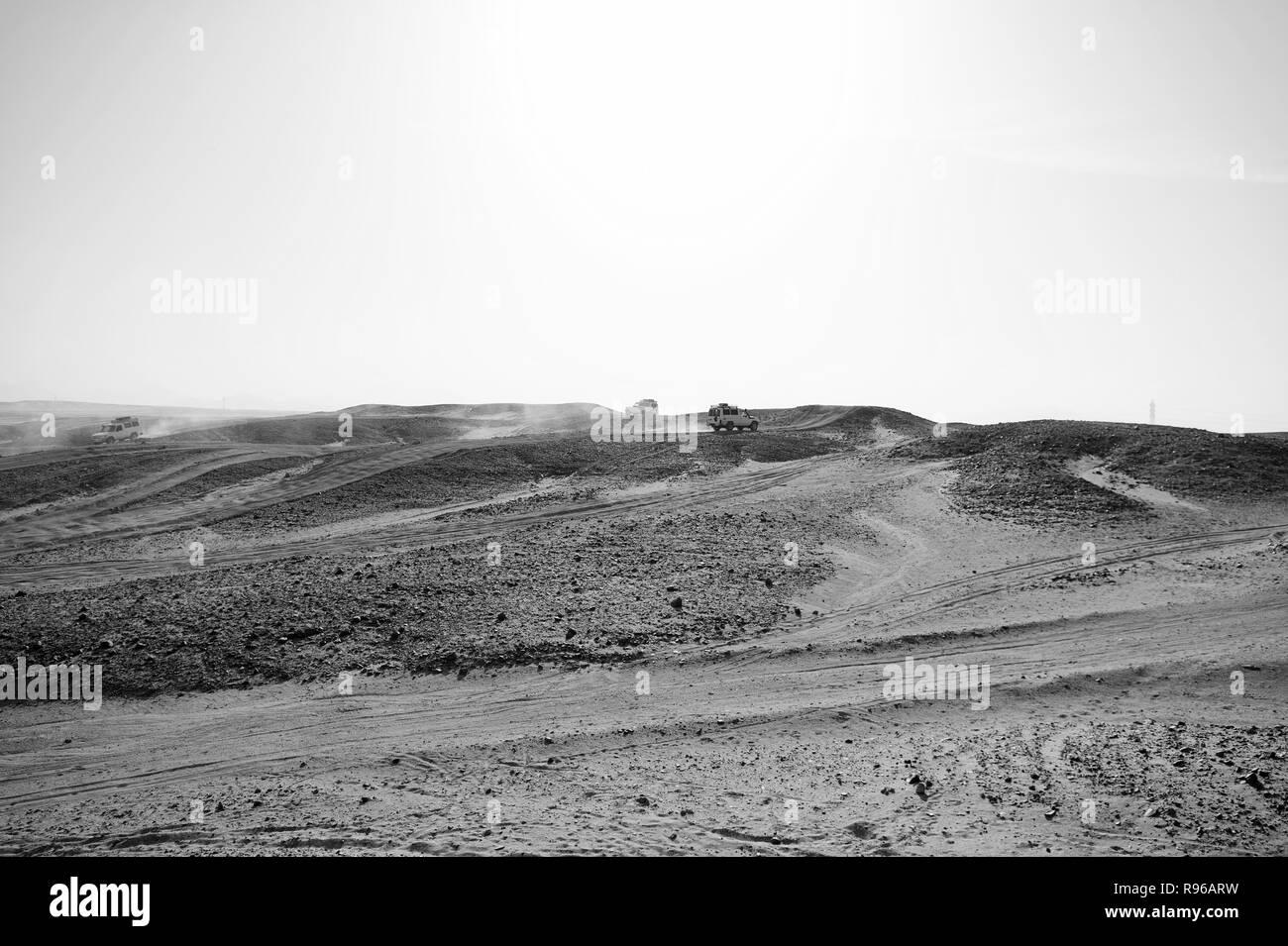 Location de surmonter les obstacles de dunes de sable. Course défi concours désert. Voiture conduit le tout-terrain avec des nuages de poussière. Véhicule hors route course obstacles dans désert. Désert sans fin. Course en désert de sable. Photo Stock