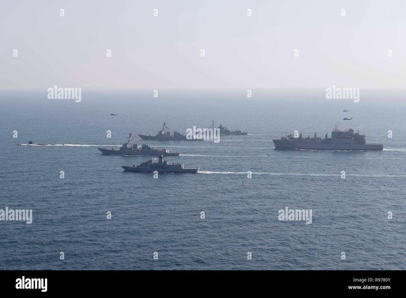 De gauche, le sous-marin d'attaque rapide USS Louisville