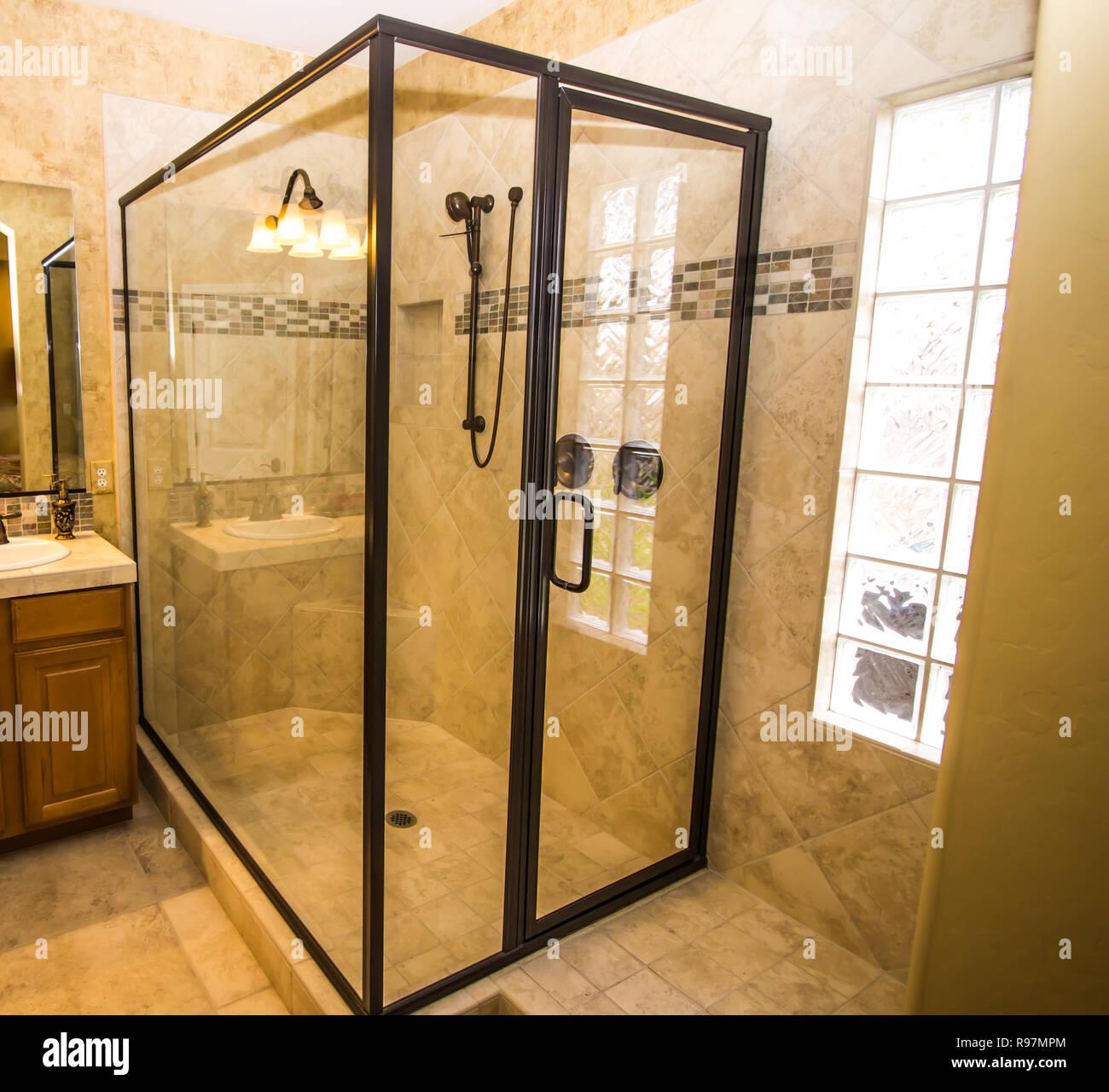 Grande douche en coin dans la salle de bains carrelée Banque ...