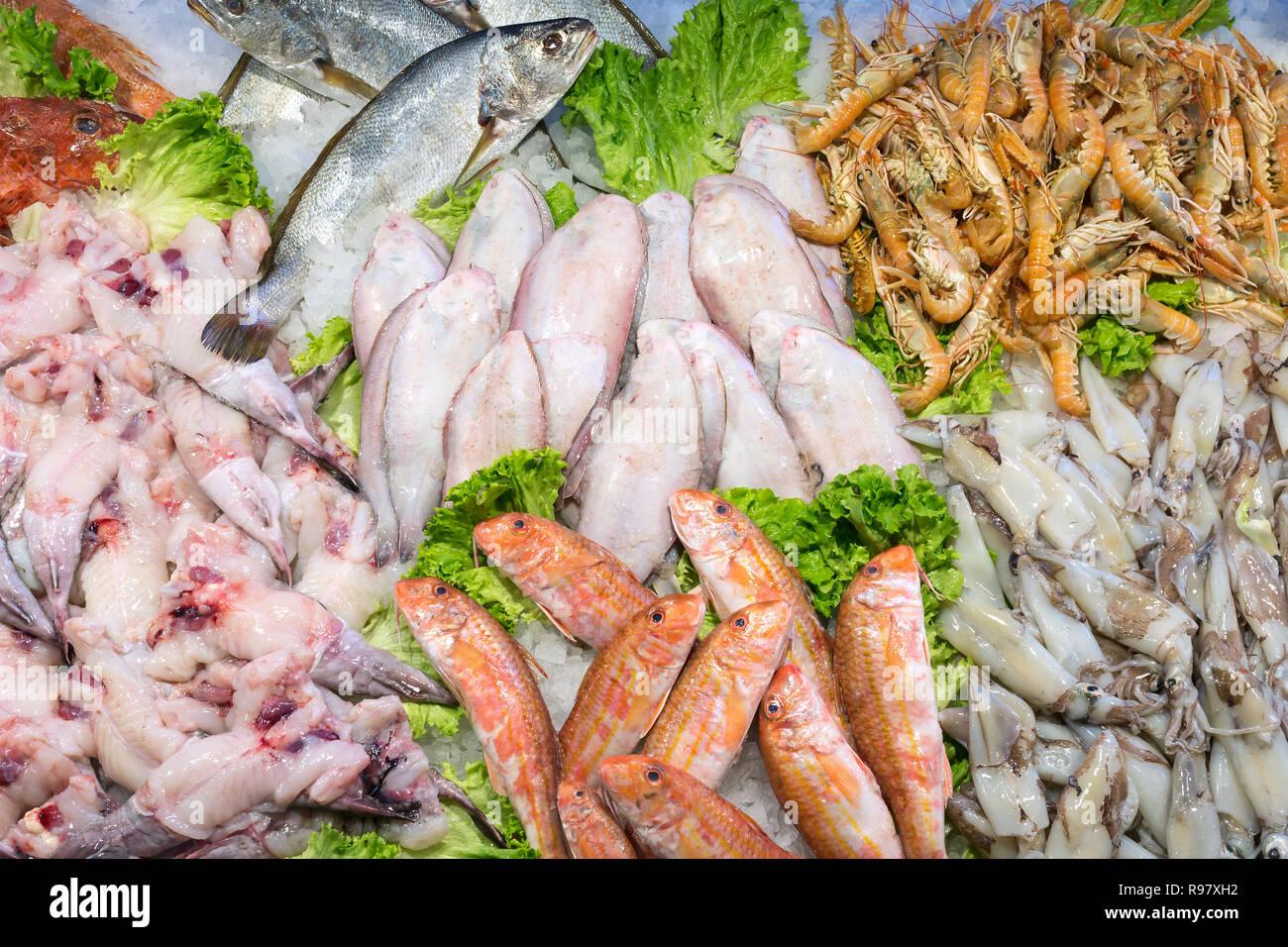Le marché aux poissons du Rialto à Venise, Italie. Vue de dessus de fruits de mer frais sur la glace. Banque D'Images