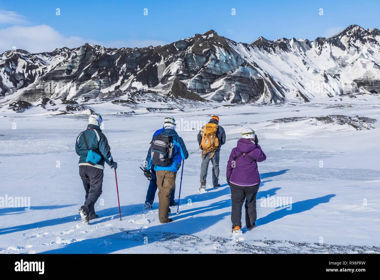 Aventuriers marche sur une grotte de glace tour à un lobe du Glacier Mýrdalsjökull, qui se dresse au sommet du volcan Katla, en hiver en Islande [aucun modèle de presse; av Banque D'Images