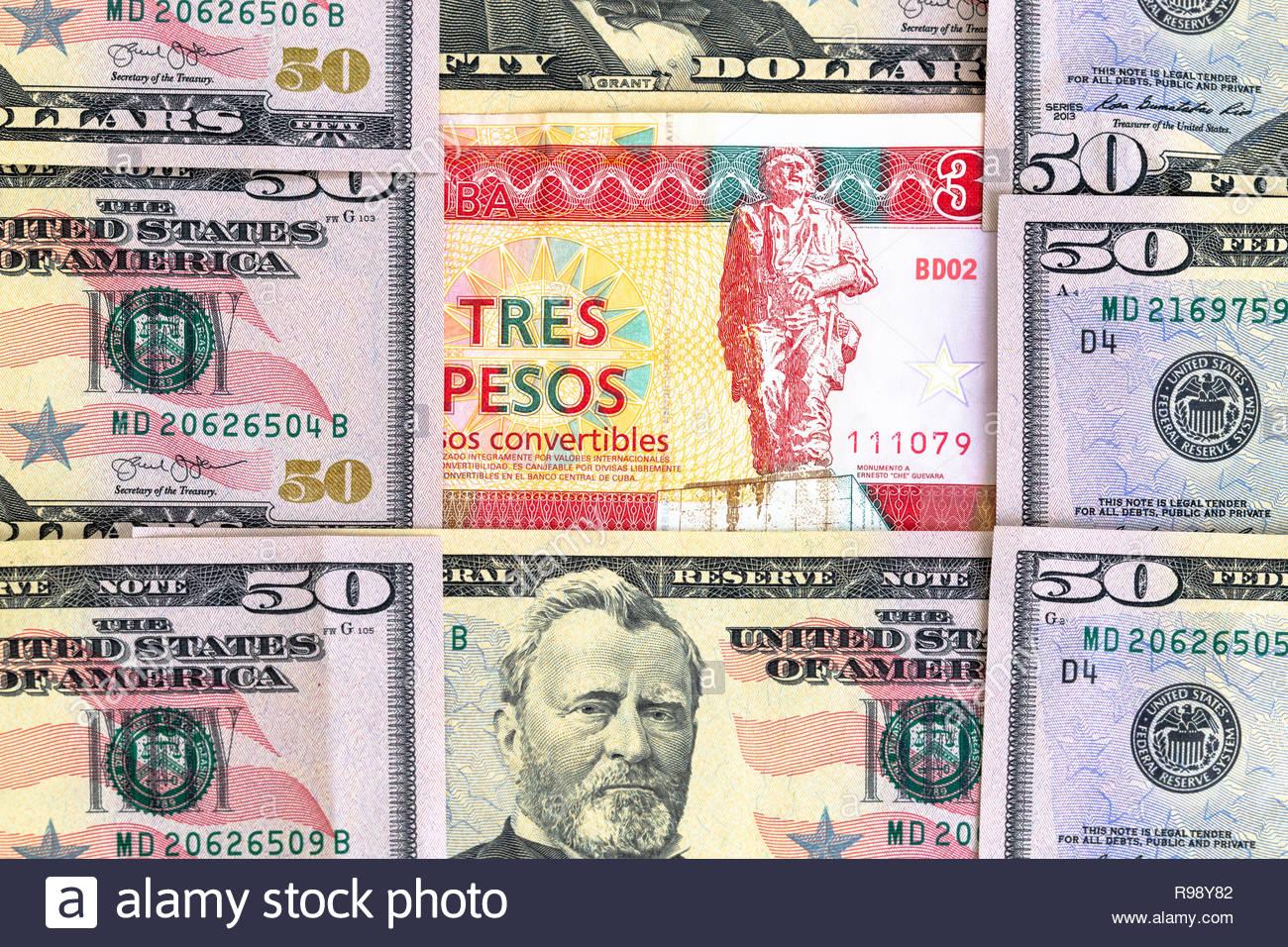 Embargo des États-Unis ou blocus contre Cuba. Concept. Une banque cubaine 3 CUC remarque avec Che Guevara est entouré de 50 dollar bills représentant Grant Photo Stock