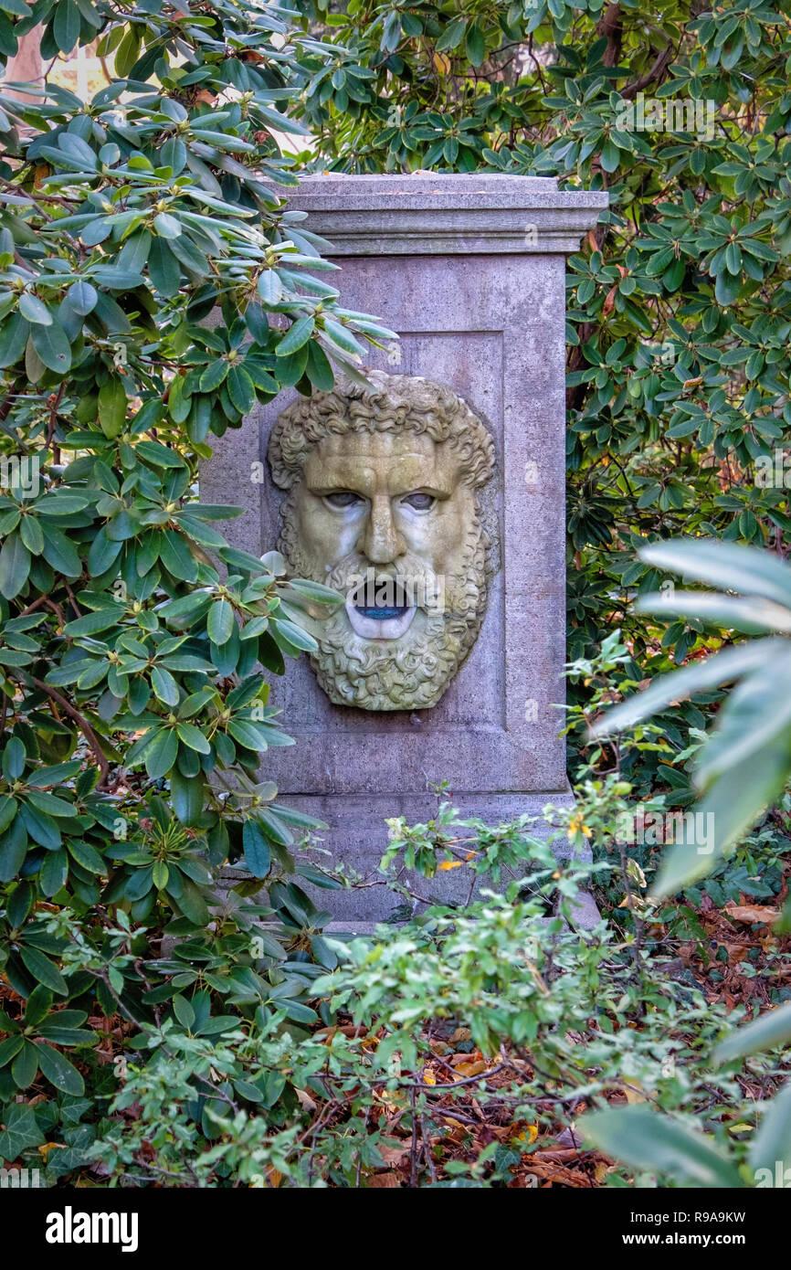 Berlin. Maison de la Conférence de Wannsee site commémoratif. Une fontaine décorative au jardin de la Villa où se sont réunis les dirigeants nazis et SS Banque D'Images