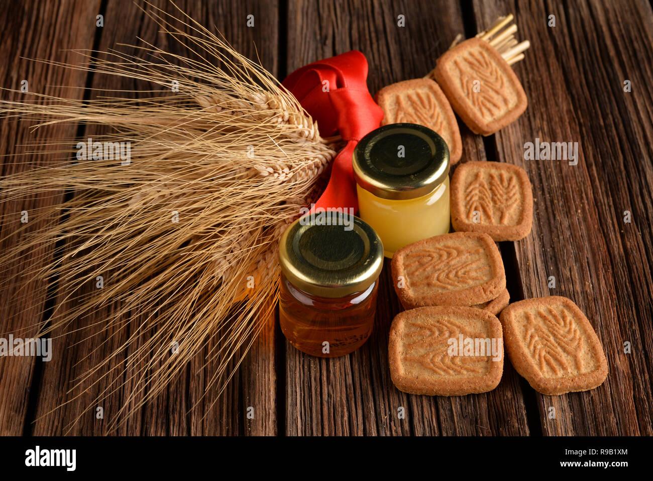 Le yogourt avec des céréales et des biscuits ont le miel sur table en bois Photo Stock