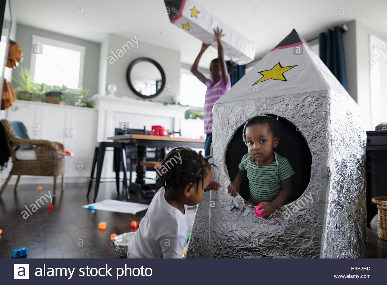 Brothers Playing with toy vaisseau dans la salle de séjour Photo Stock