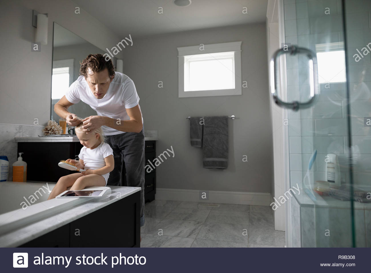Contrôle de Père tout-petit fille pour les poux des cheveux s Photo Stock