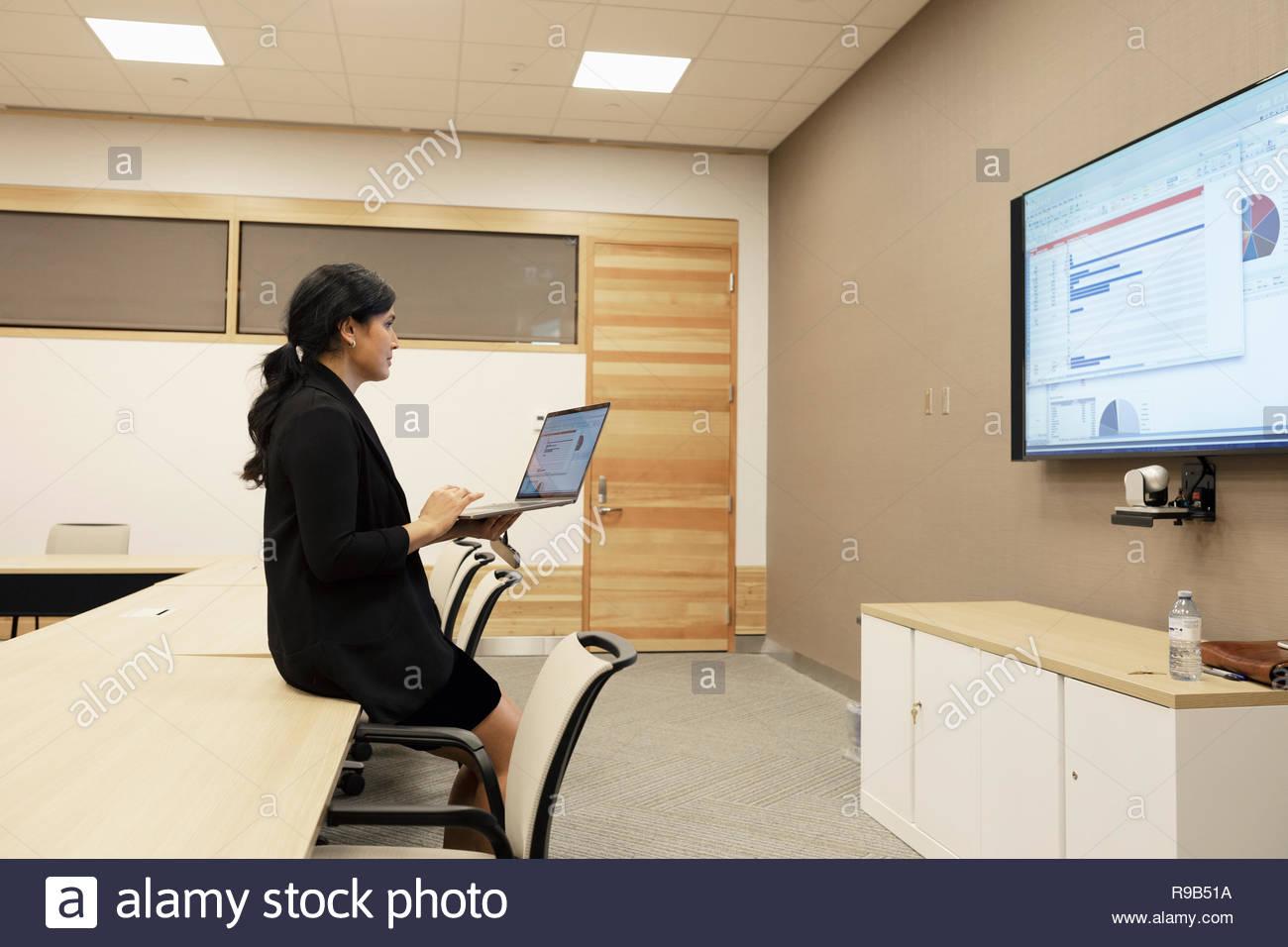 Businesswoman préparation présentation audiovisuelle dans la salle de conférence Photo Stock