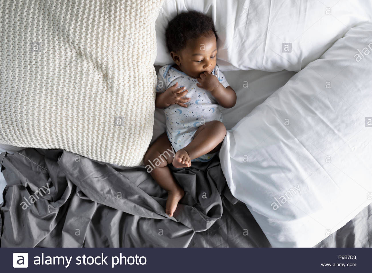Vue de dessus cute baby boy laying on bed Photo Stock