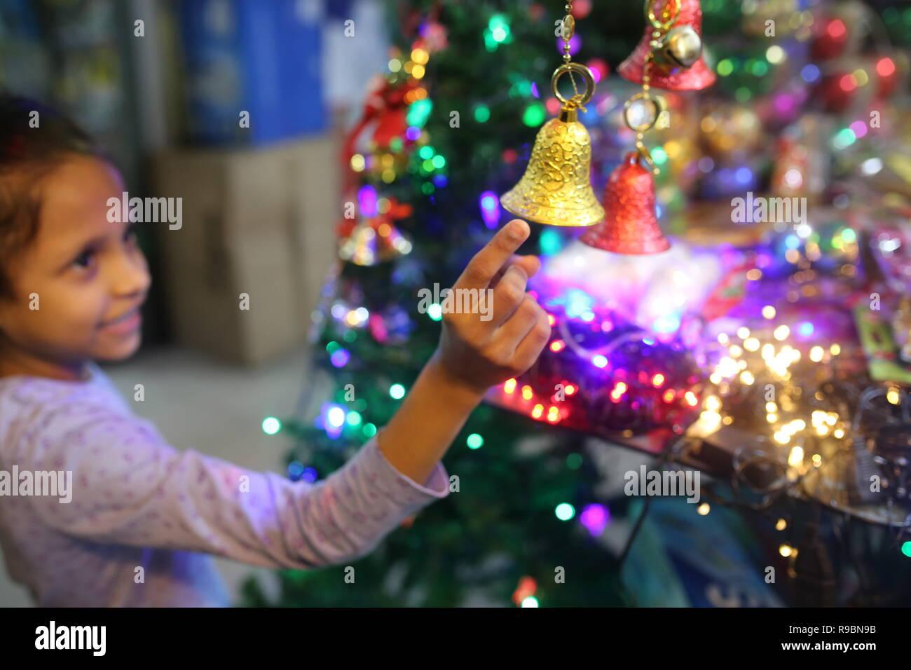 Vu fille shopping de Noël dans un magasin avant de vacances de Noël à Dhaka, Bangladesh, le 20 décembre 2018. Photo Stock