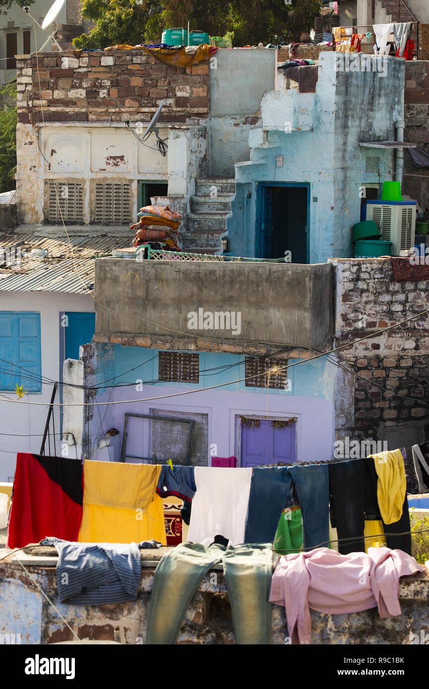 Vue rapprochée de certains toits avec des vêtements en train de sécher dehors dans la ville bleue de Jodhpur, Inde. Banque D'Images