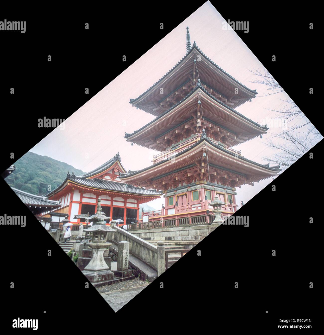 Impression de l'un des Temple historique de Kyoto, partiellement masquée par le brouillard, sur un matin de décembre. Banque D'Images