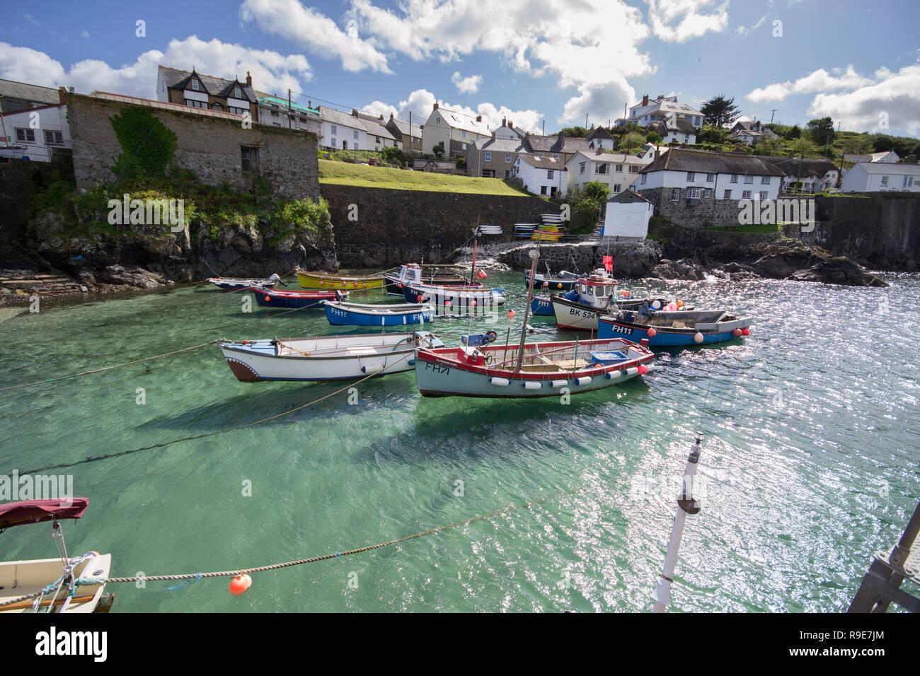 Bateaux amarrés dans l'eau claire à Coverack Harbour à Cornwall Photo Stock