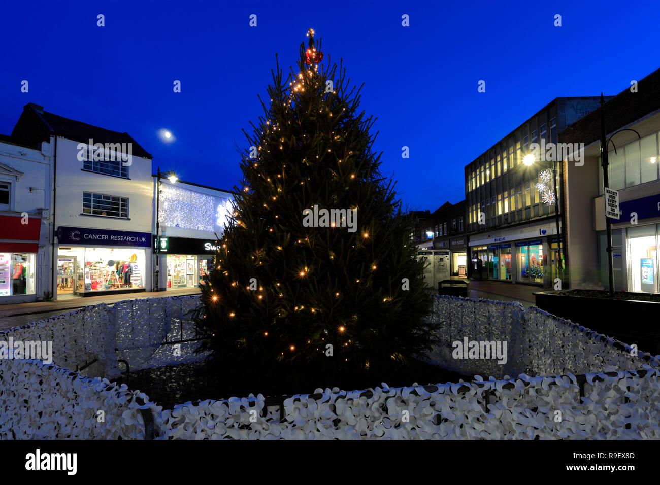 Lumières de Noël dans le centre-ville de Spalding; comté de Lincolnshire, Angleterre, Royaume-Uni Banque D'Images