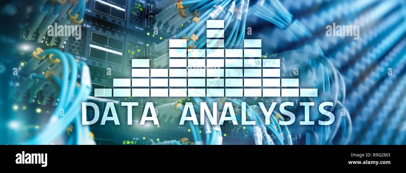 L'analyse des Big Data texte sur arrière-plan de la salle serveur. Internet et la technologie moderne concept. Banque D'Images