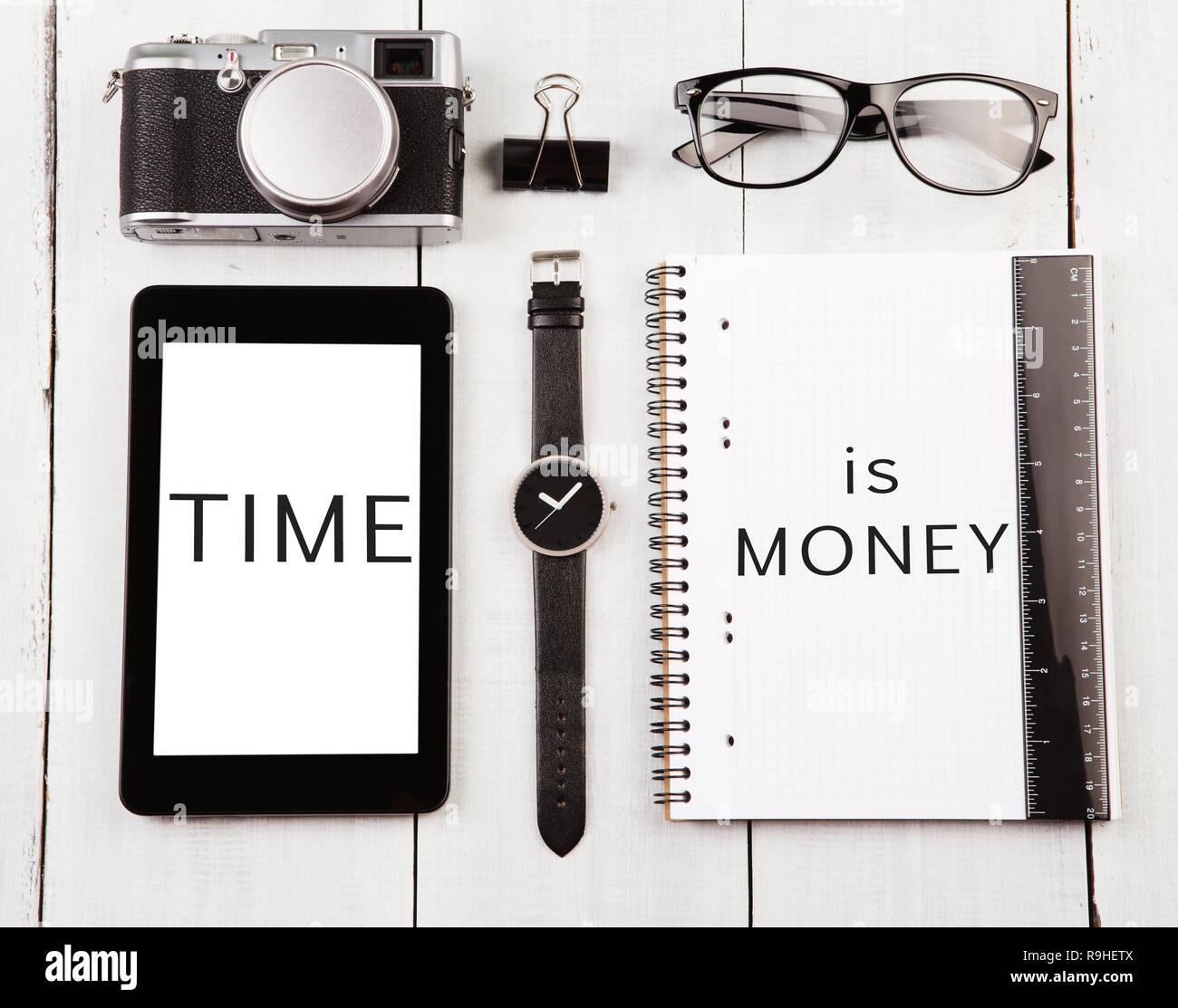Lieu de travail avec les tablet pc, regarder, notepad et 'texte', le temps est de l'argent, verres de l'appareil photo Photo Stock