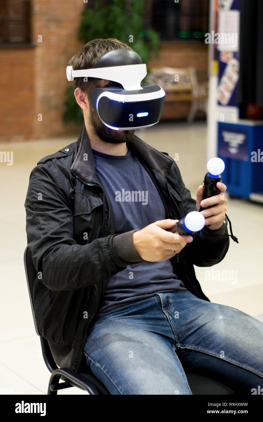 Dans l'homme casque VR qui profitant de jeu. La réalité virtuelle. l'homme à casque VR avec joysticks Banque D'Images