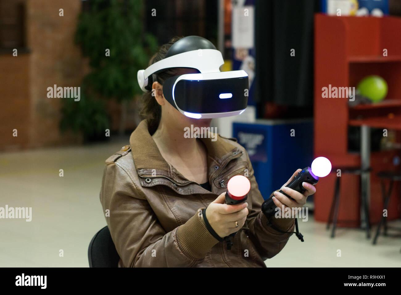 En fille casque VR qui profitant de jeu. La réalité virtuelle. L'adolescent au casque VR avec joysticks Banque D'Images