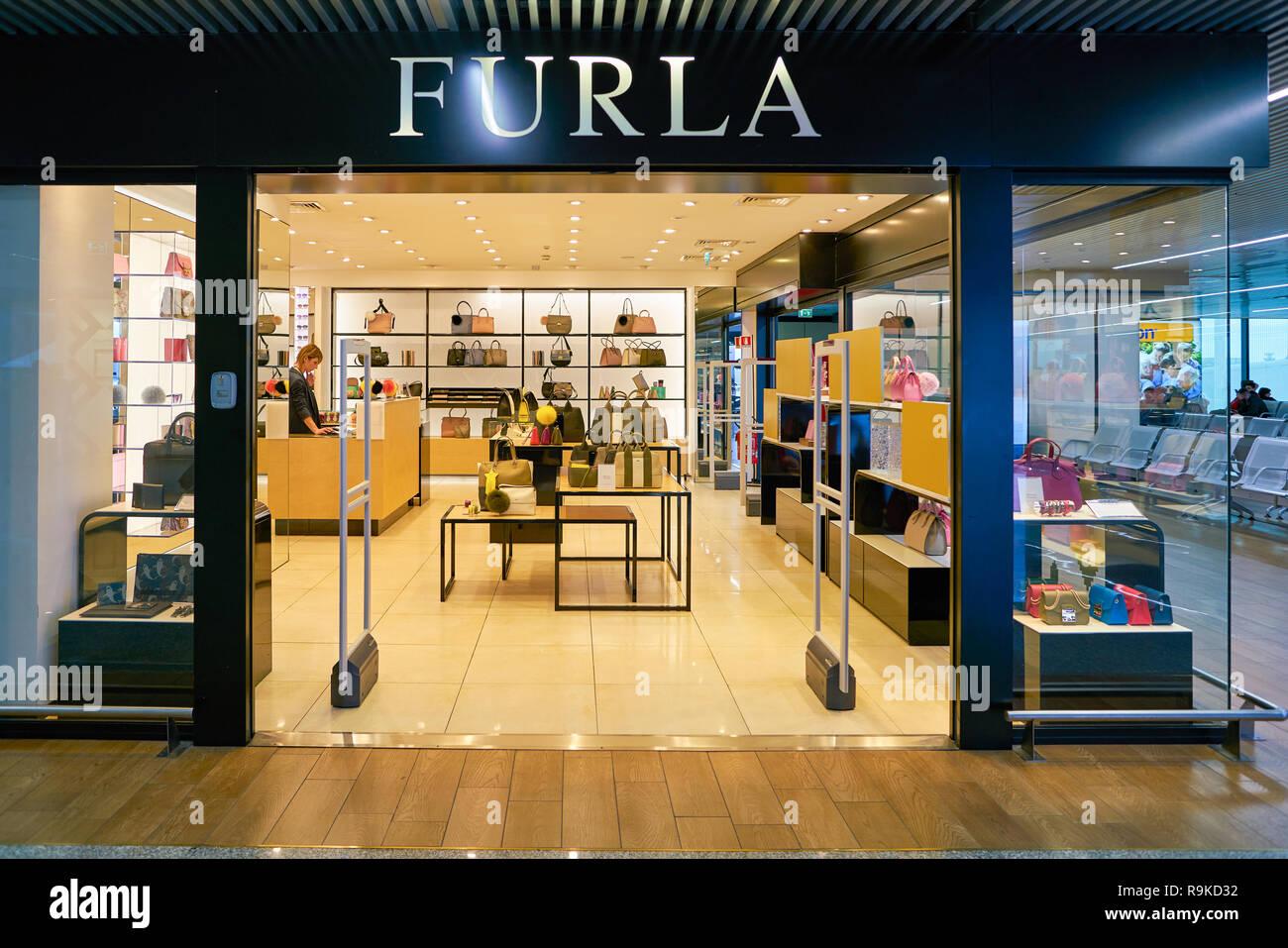 f839758420398 Sacs à main de luxe boutique marque Furla store Vérone Italie. PC0EEK (RM).  ROME