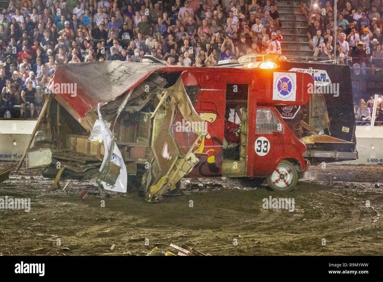 Motor homes blocage dans un démo de nuit un derby à Costa Mesa, CA, le stade d'un grand auditoire. Photo Stock